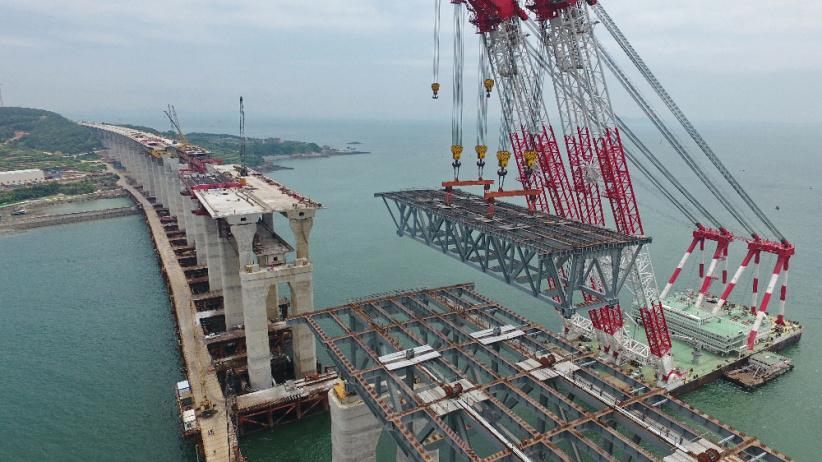 平潭海峽公鐵兩用大橋全橋非通航孔鋼桁梁全部架設完成