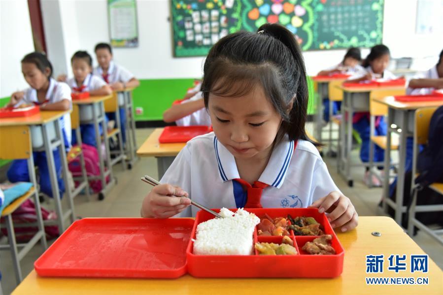 (在习近平新时代中国特色社会主义思想指引下――新时代新作为新篇章・总书记关心的百姓身边事・图文互动)(1)一蔬一饭都是爱――3700万农村娃的营养餐故事