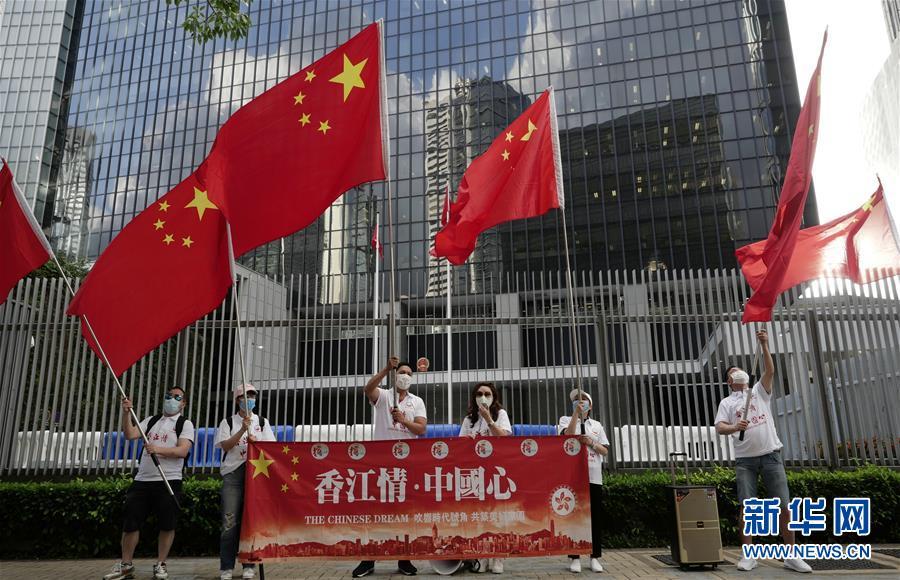 (社会)香港市民庆祝香港特区立法会三读通过《国歌条例草案》